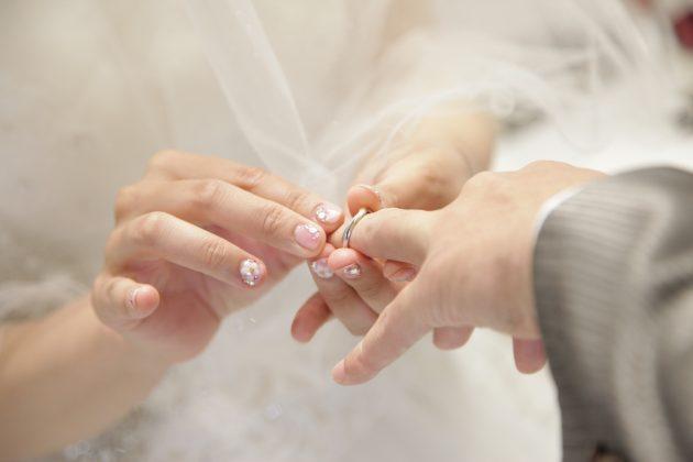 こんなシーンでちらりと見えるブライダルネイル!オシャレ花嫁は指先まで抜かりなくコーディネート♡