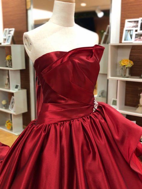 今日のオススメ♪小物選びでも印象が変化!?真っ赤なカラードレスとオススメネックレスのご紹介♪