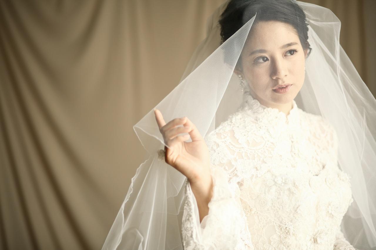 17fddba205a56 結婚式当日の衣裳が決まったら次はアクセサリーや. ヘッドドレスなどの小物選び ...
