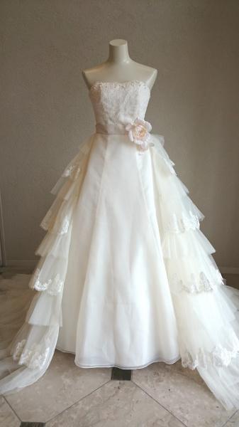 上品で可憐なドレス。フリルトレーンでバックスタイルはクラシカル。新作ウェディングドレスが入荷しました。
