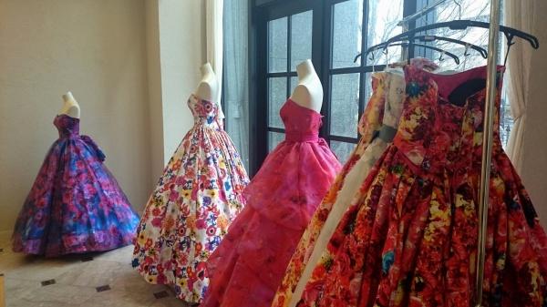 いいね!リアクション間違いなし、今旬ブランドのあざやかな花をまとうカラードレスが登場!