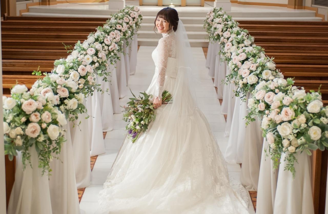 うしろ姿も美しい花嫁に♡ゲスト目線で考える!チャペル挙式映えるウェディングドレス