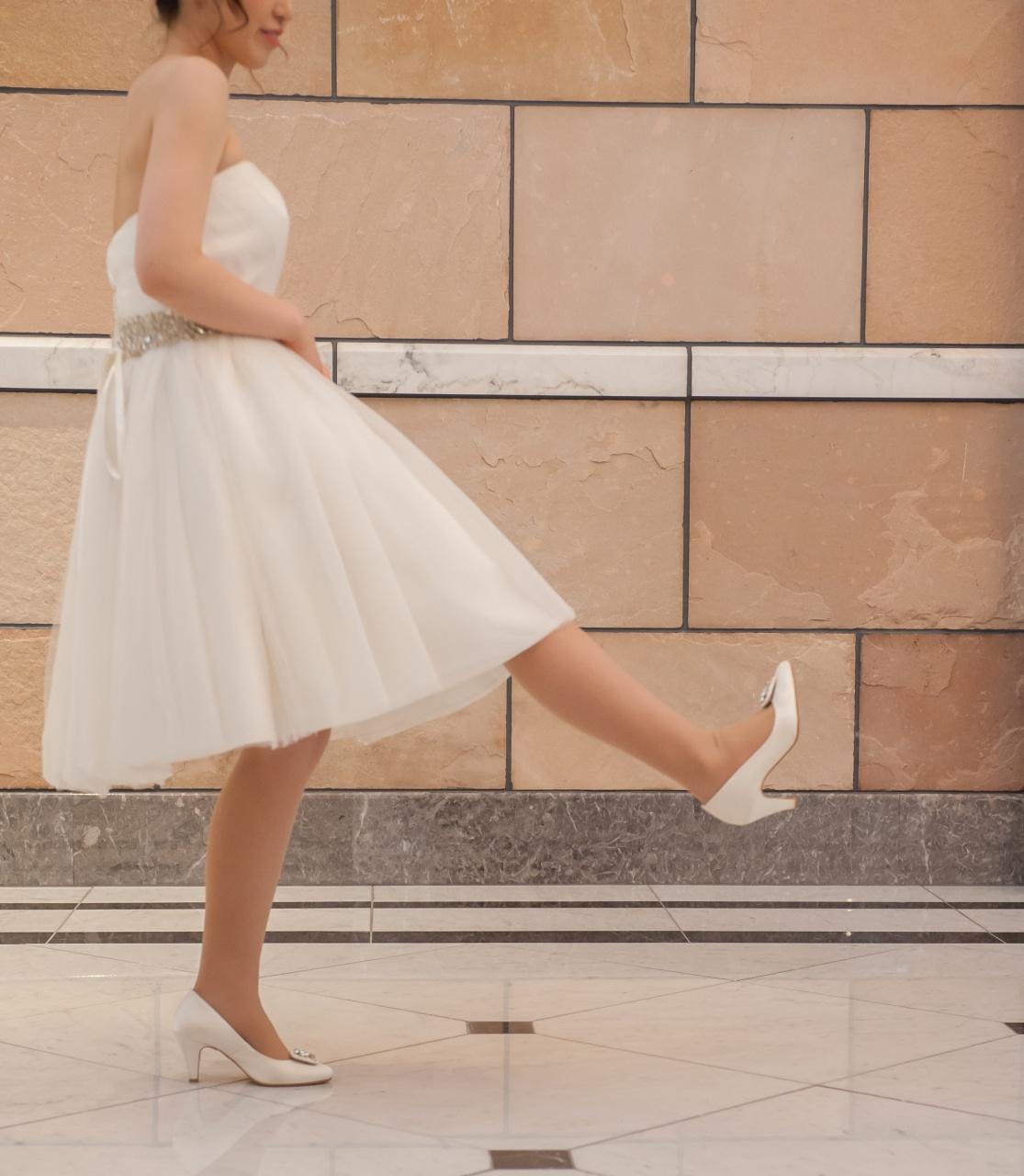 ドレス 歩き方 間違い 蹴る ホワイト ウェディング ブライダル 足 足元