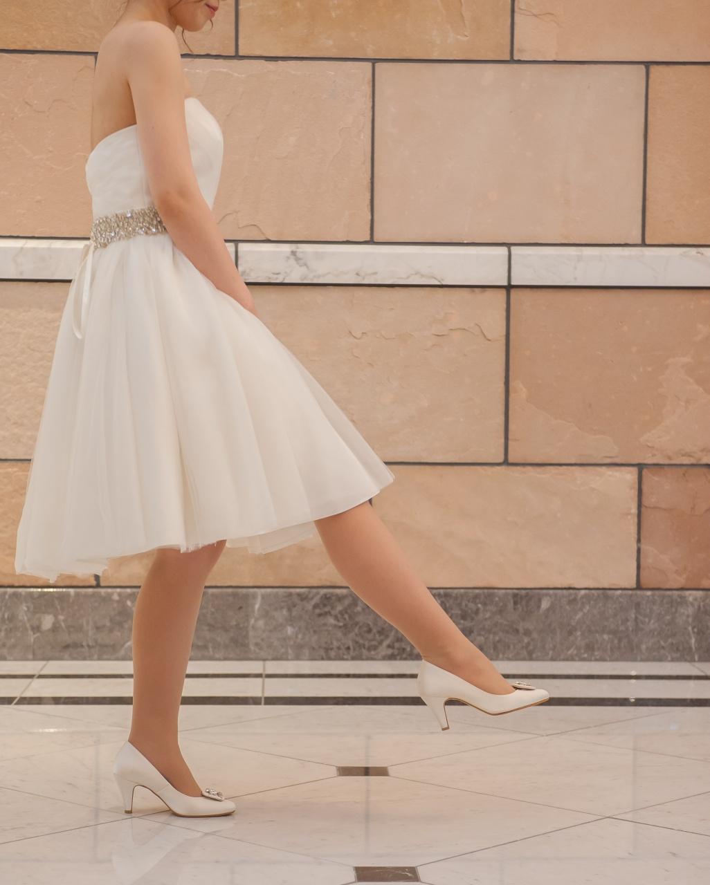 ドレス 歩き方 正解 蹴り方 ホワイト ウェディング ブライダル 足 足元 花嫁 キレイな歩き方 プレ花 プレ花嫁 大切 ポイント