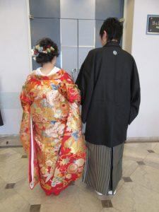華やかな和装の後ろ姿。洋髪に小花の髪飾りがキュート